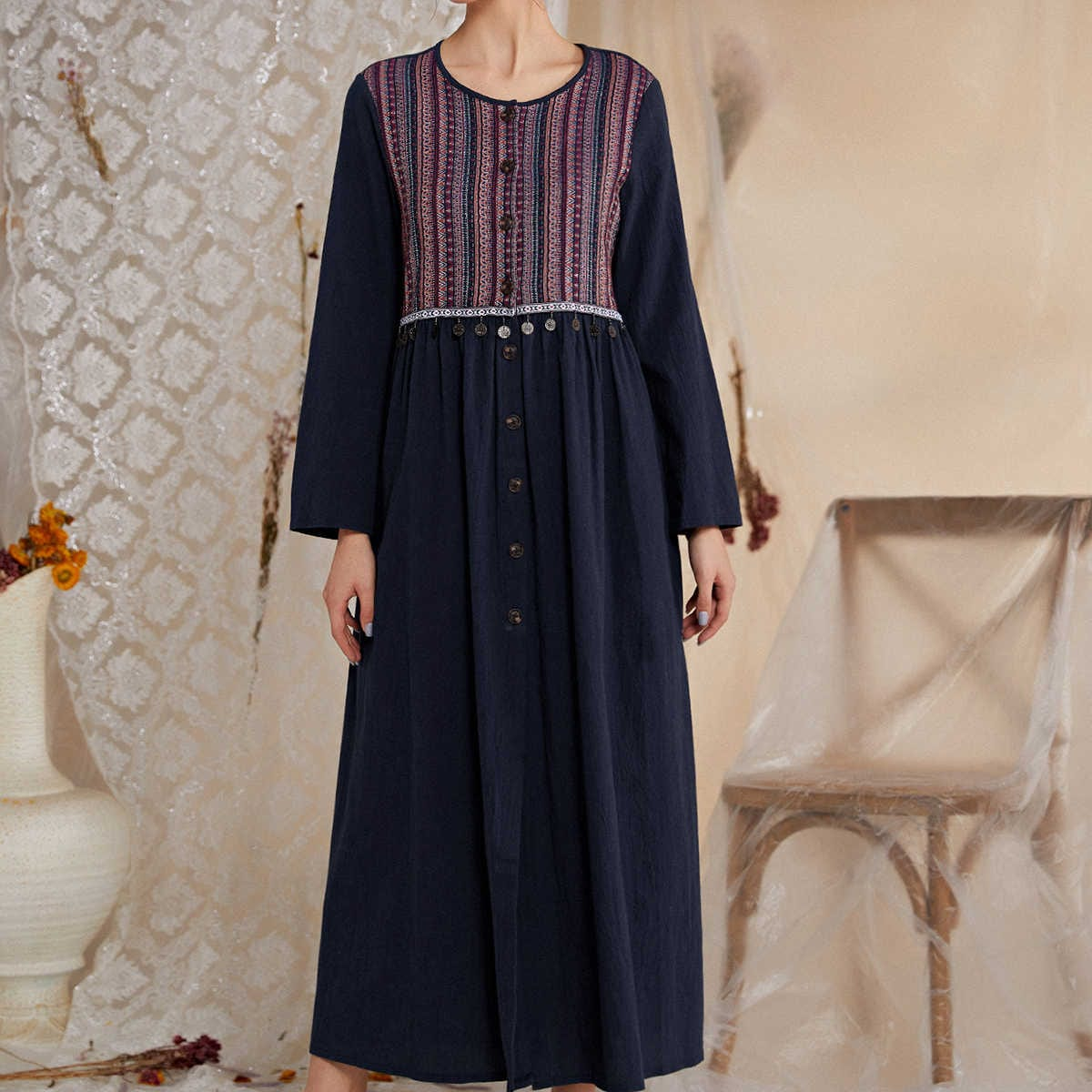 Платье с пуговицами и оригинальным принтом