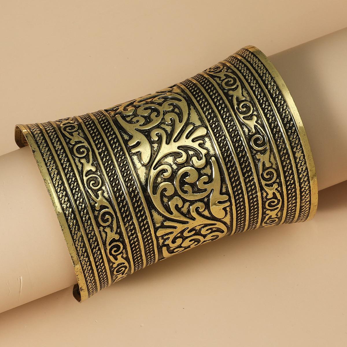 Широкий браслет с цветочной гравировкой