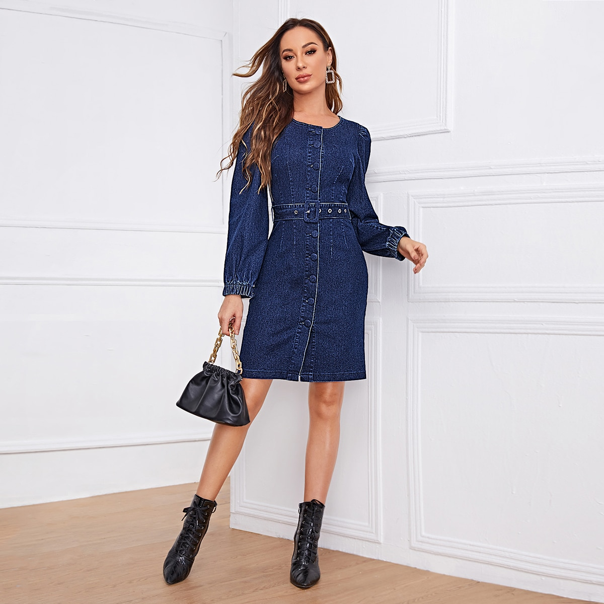 Однобортное джинсовое платье с поясом