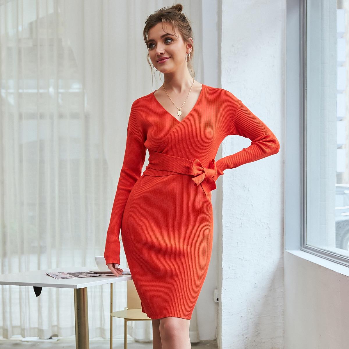 вязаное платье-свитер в рубчик с поясом и v-образным воротником