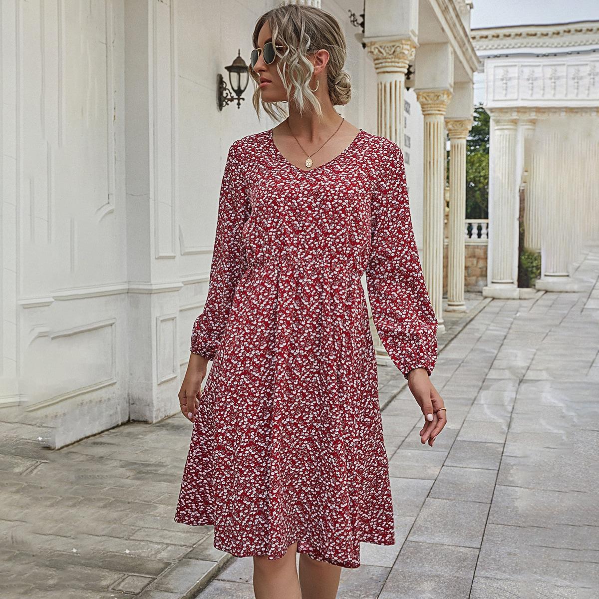 Платье с высокой талией, цветочным принтом и v-образным воротником