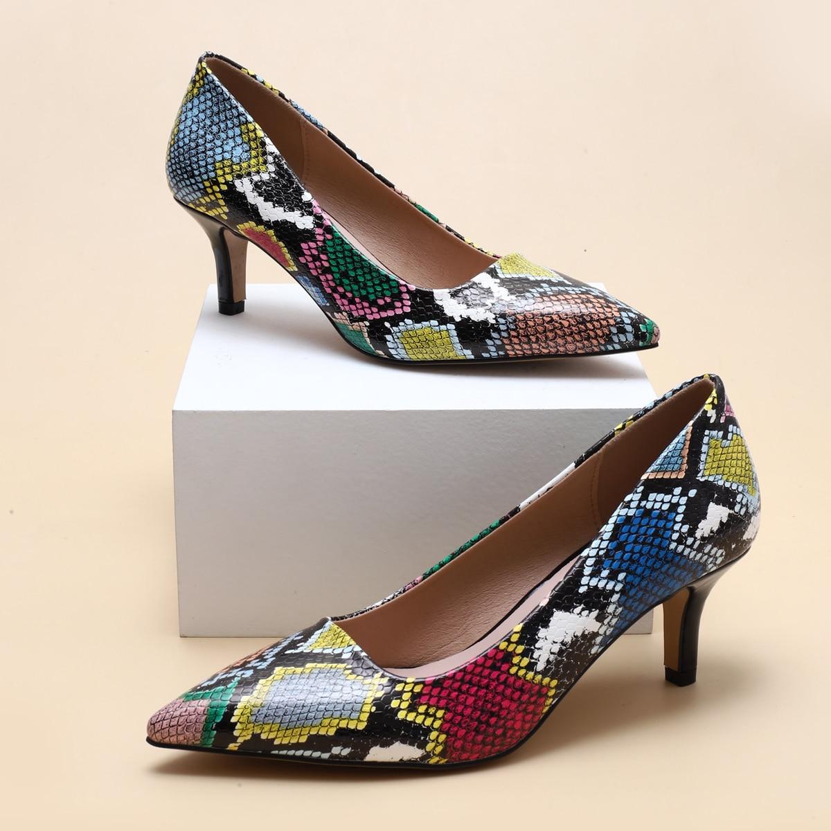Туфли на шпильках с змеиным принтом