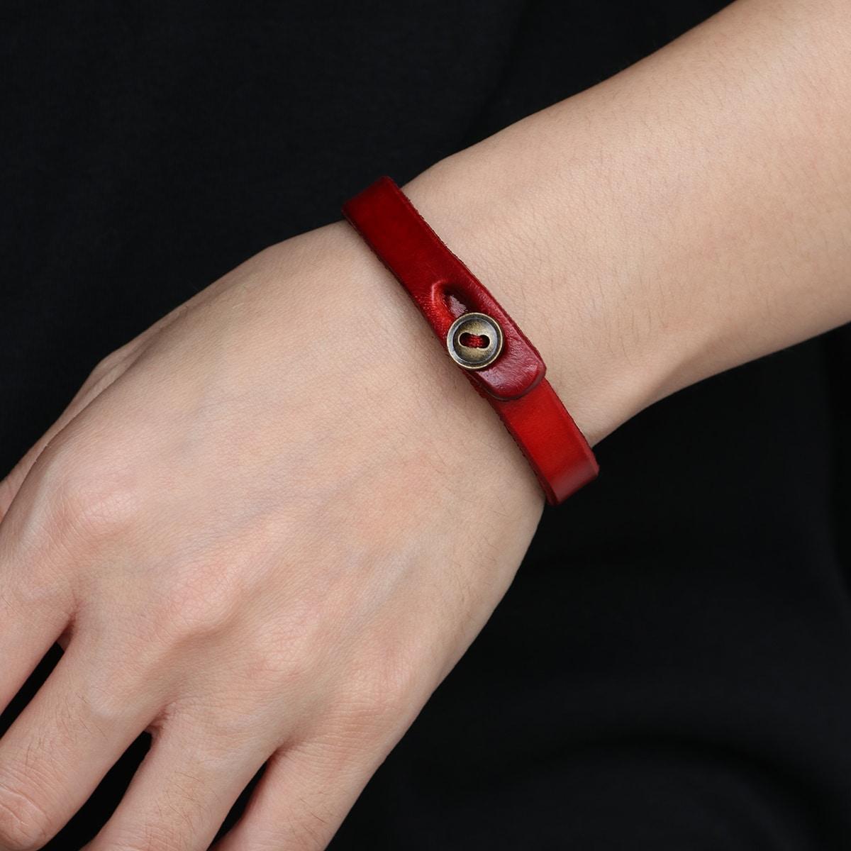 Минималистичный браслет с пуговицами