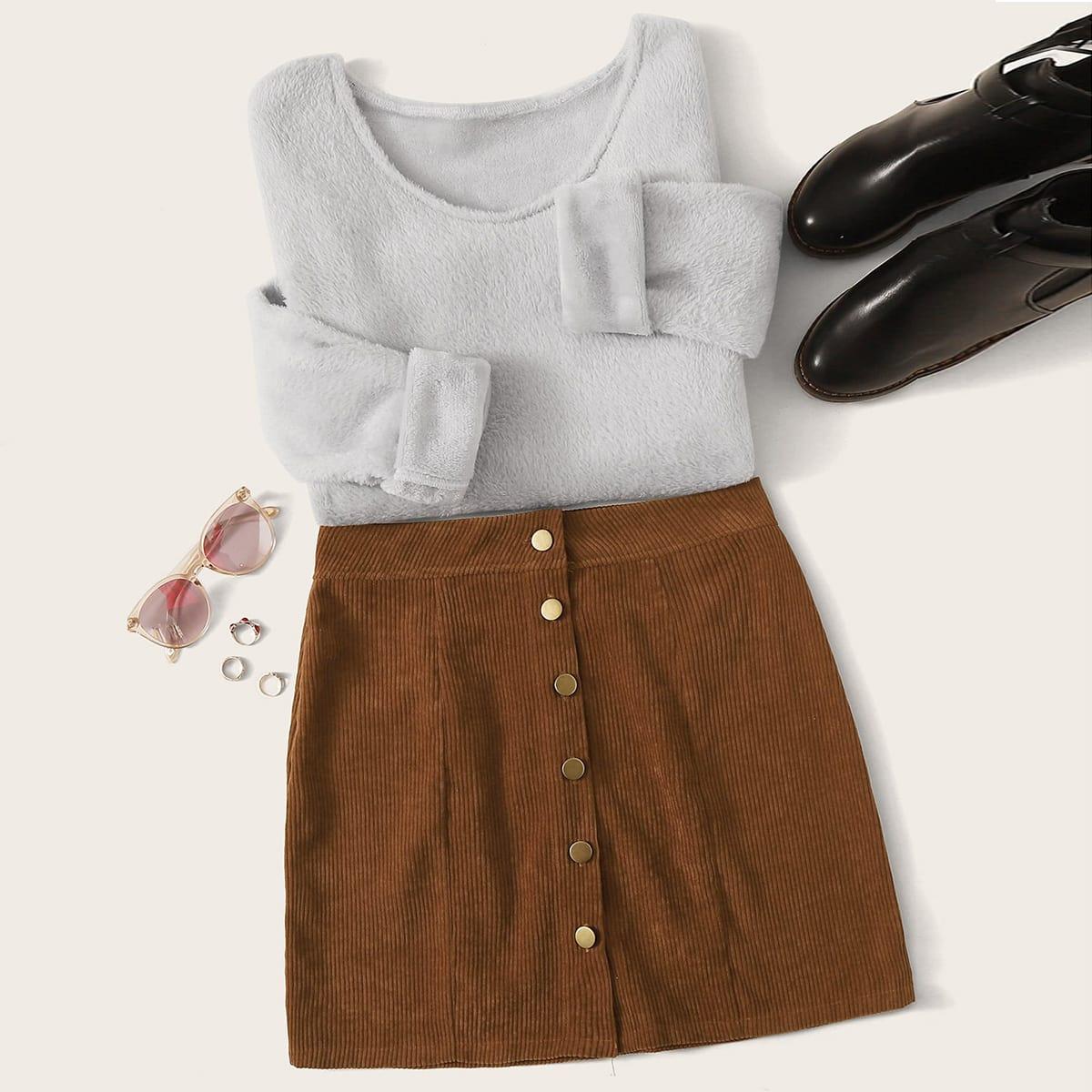Плюшевая футболка и вельветовая юбка на пуговицах
