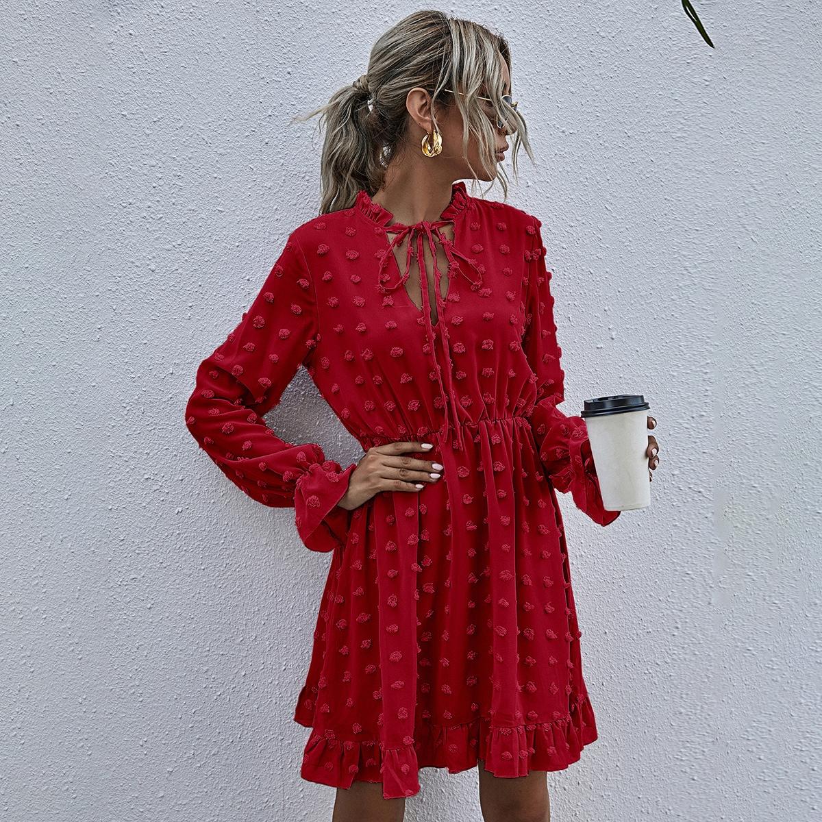 Расклешенное платье с воротником-бантом