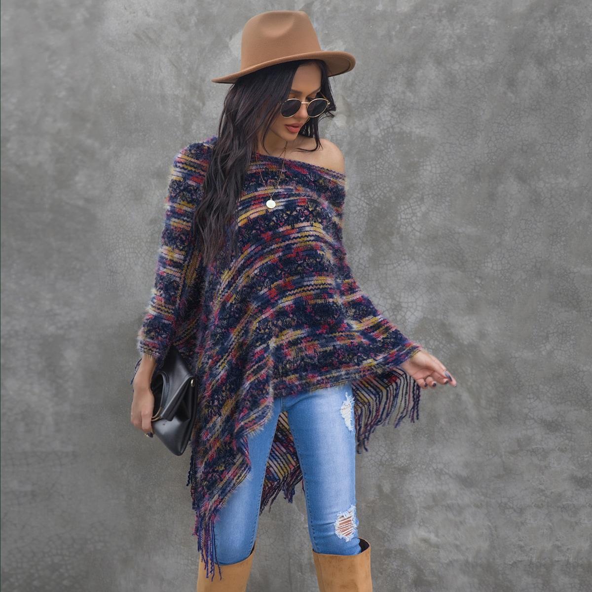 Асимметричная накидка-свитер с бахромой