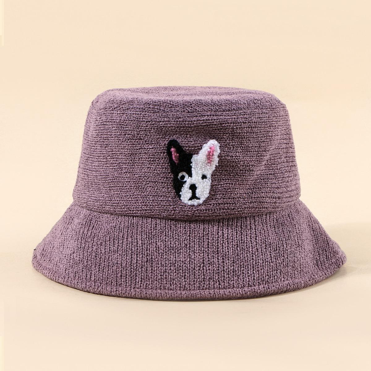 Вязаная шляпа с вышивкой собаки