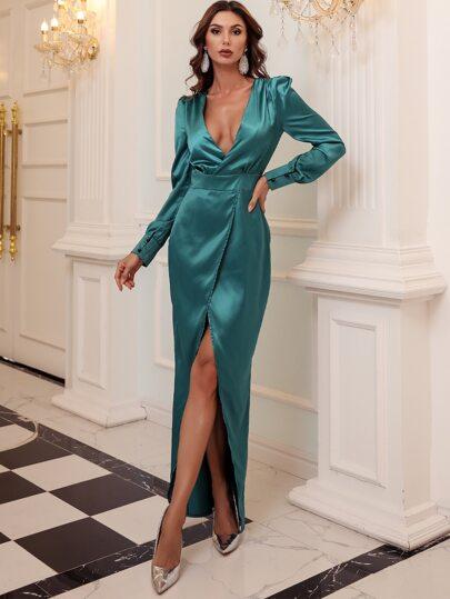 Атласное платье с глубоким воротником