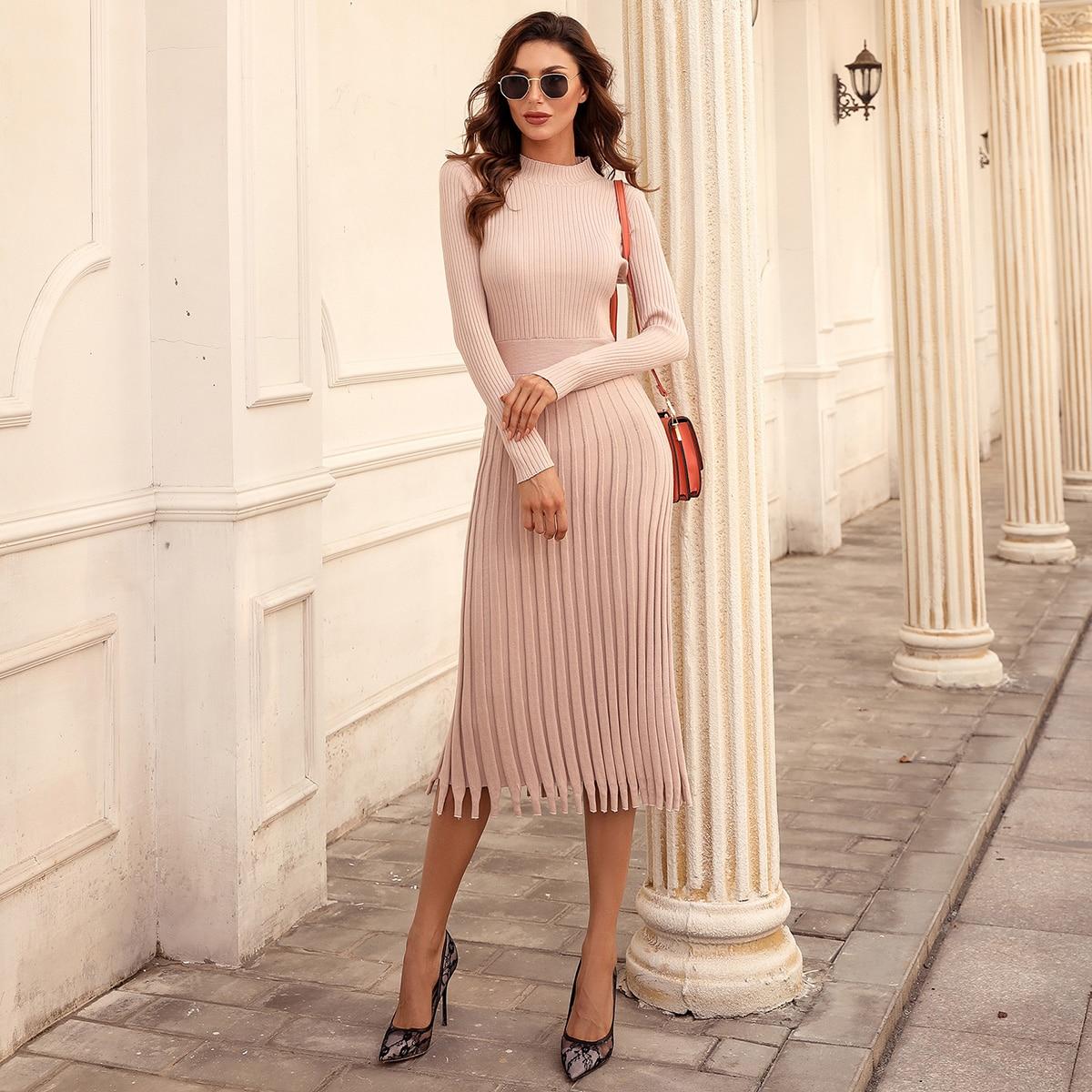 Вязаное платье-свитер в рубчик с бахромой
