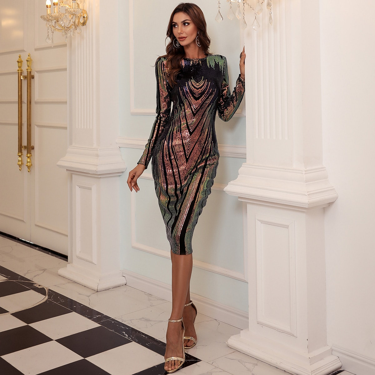 Блестящее платье с молнией сзади
