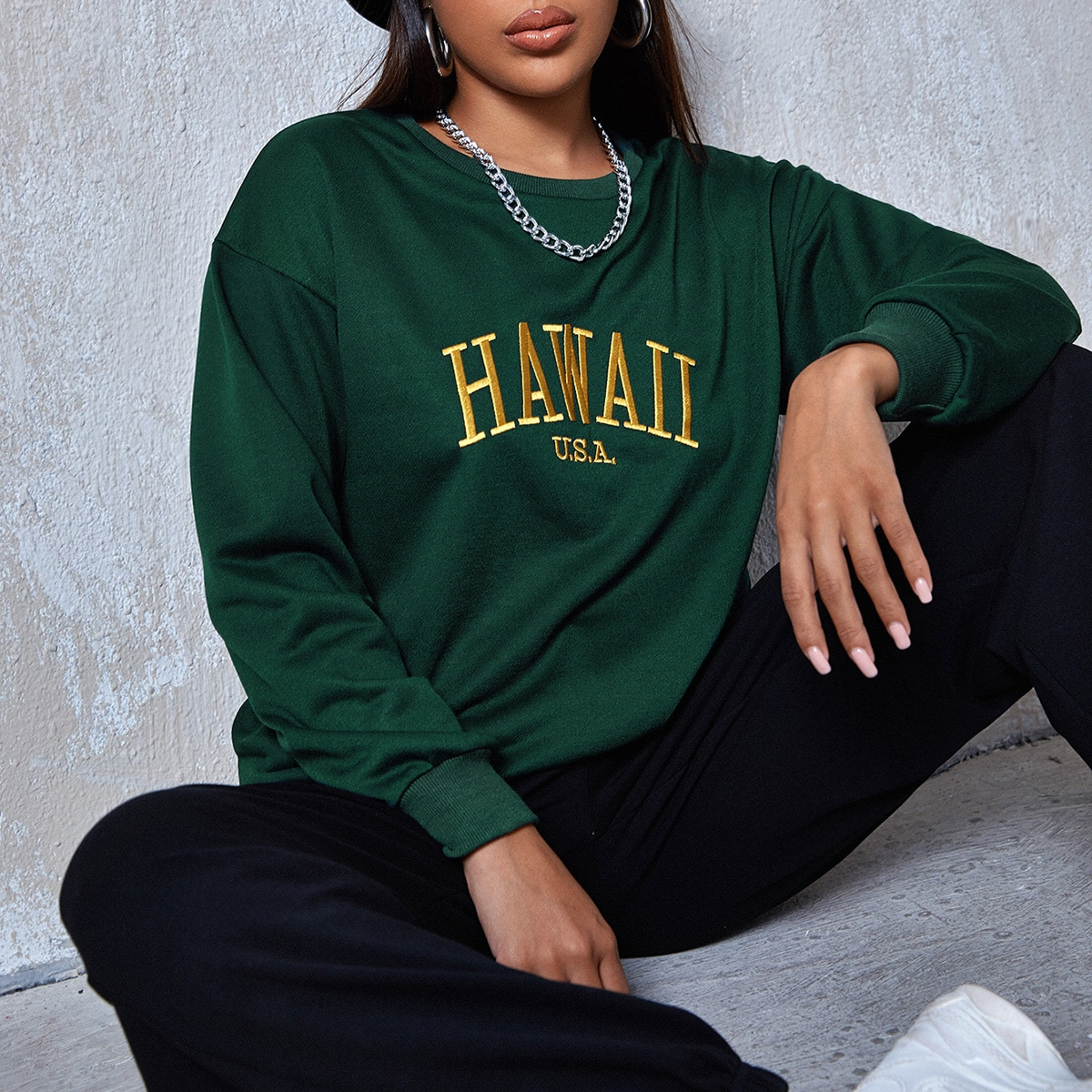 Пуловер с карманом и текстовой вышивкой