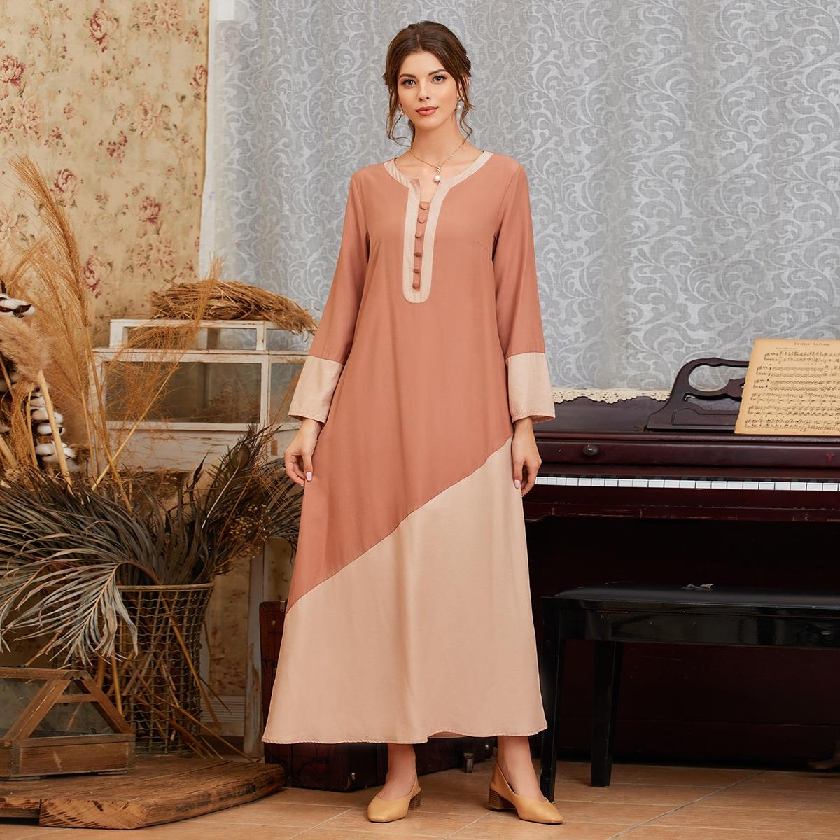 Контрастное платье с пуговицами