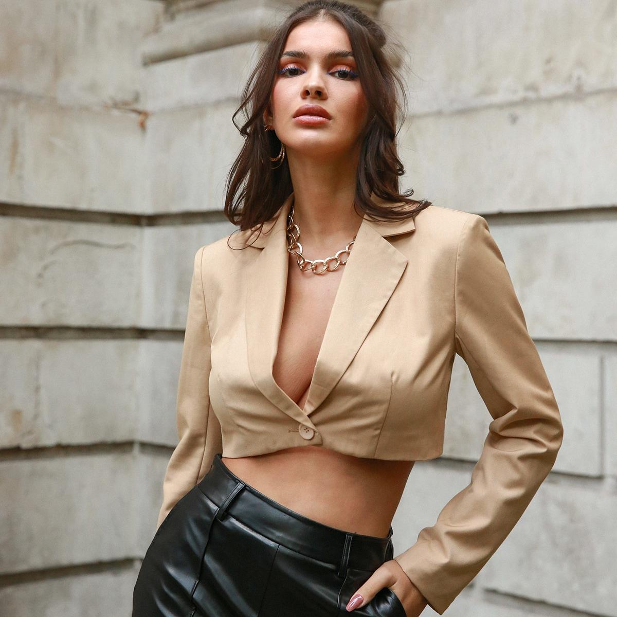 Короткий пиджак на одной пуговице