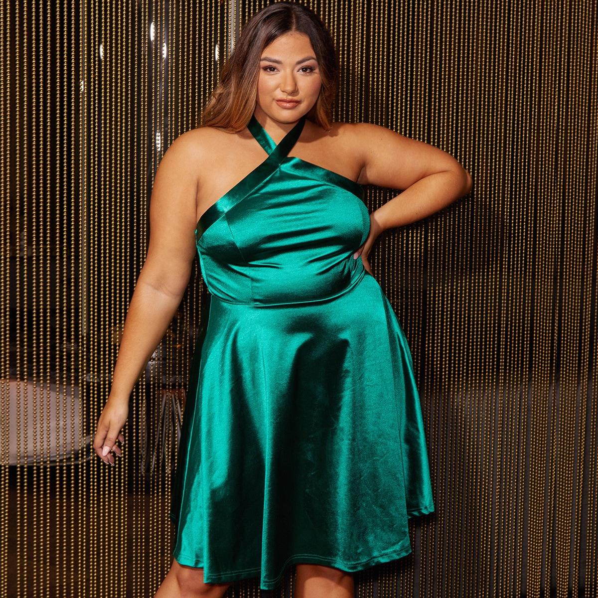 Однотонное атласное платье размера плюс