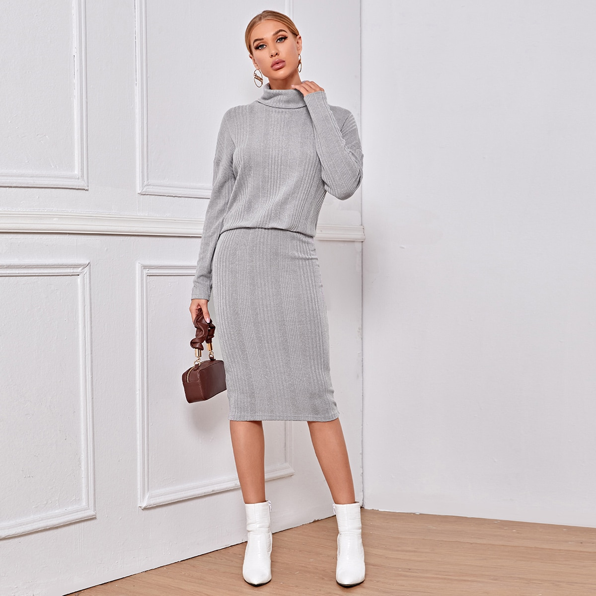 Трикотажная юбка и свитер с высоким воротником
