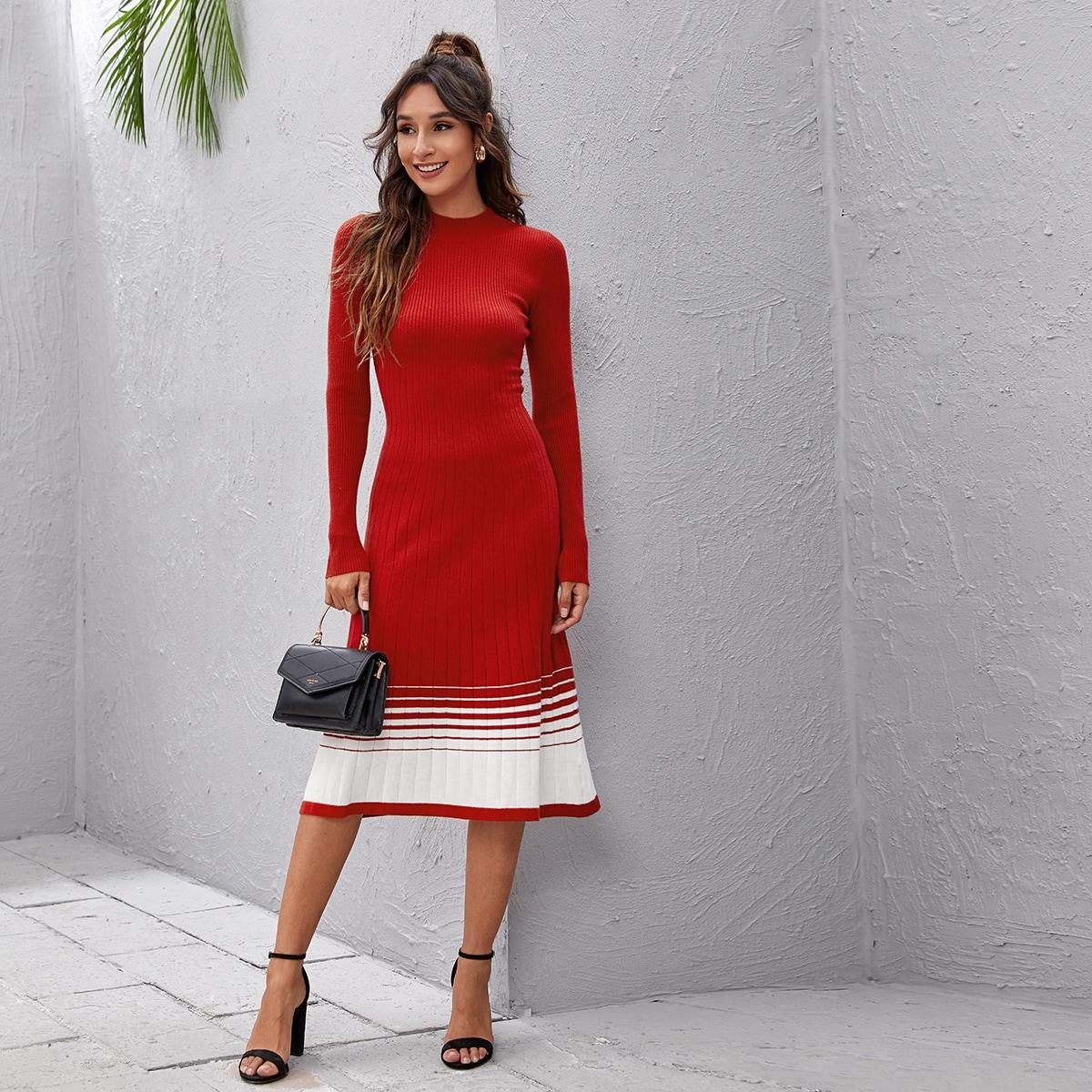 Контрастное вязаное платье-свитер в рубчик
