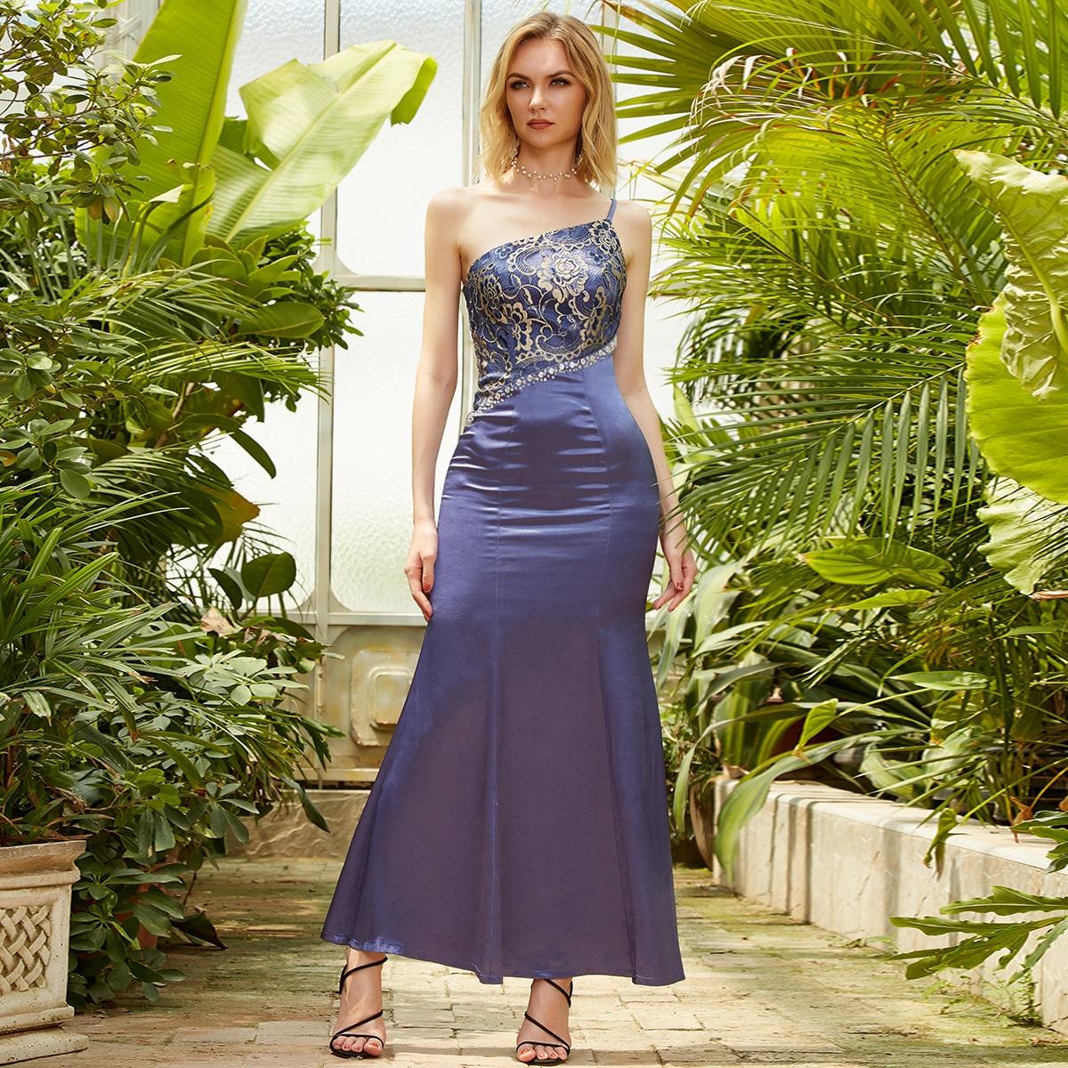 Атласное платье на одно плечо с кружевом