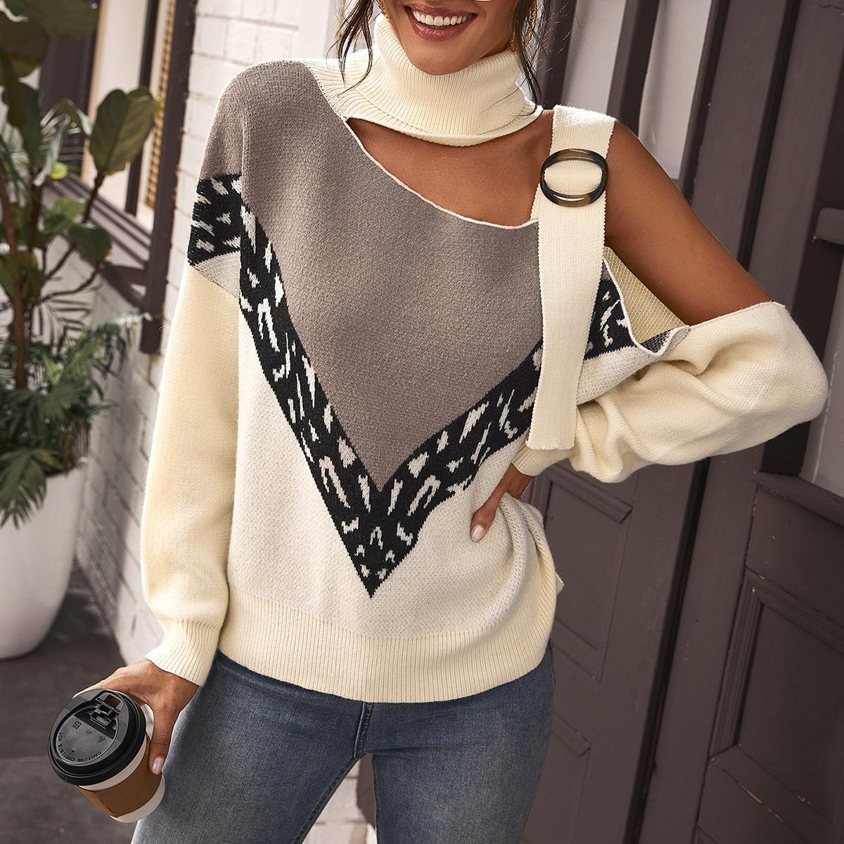 Контрастный свитер с асимметричным вырезом