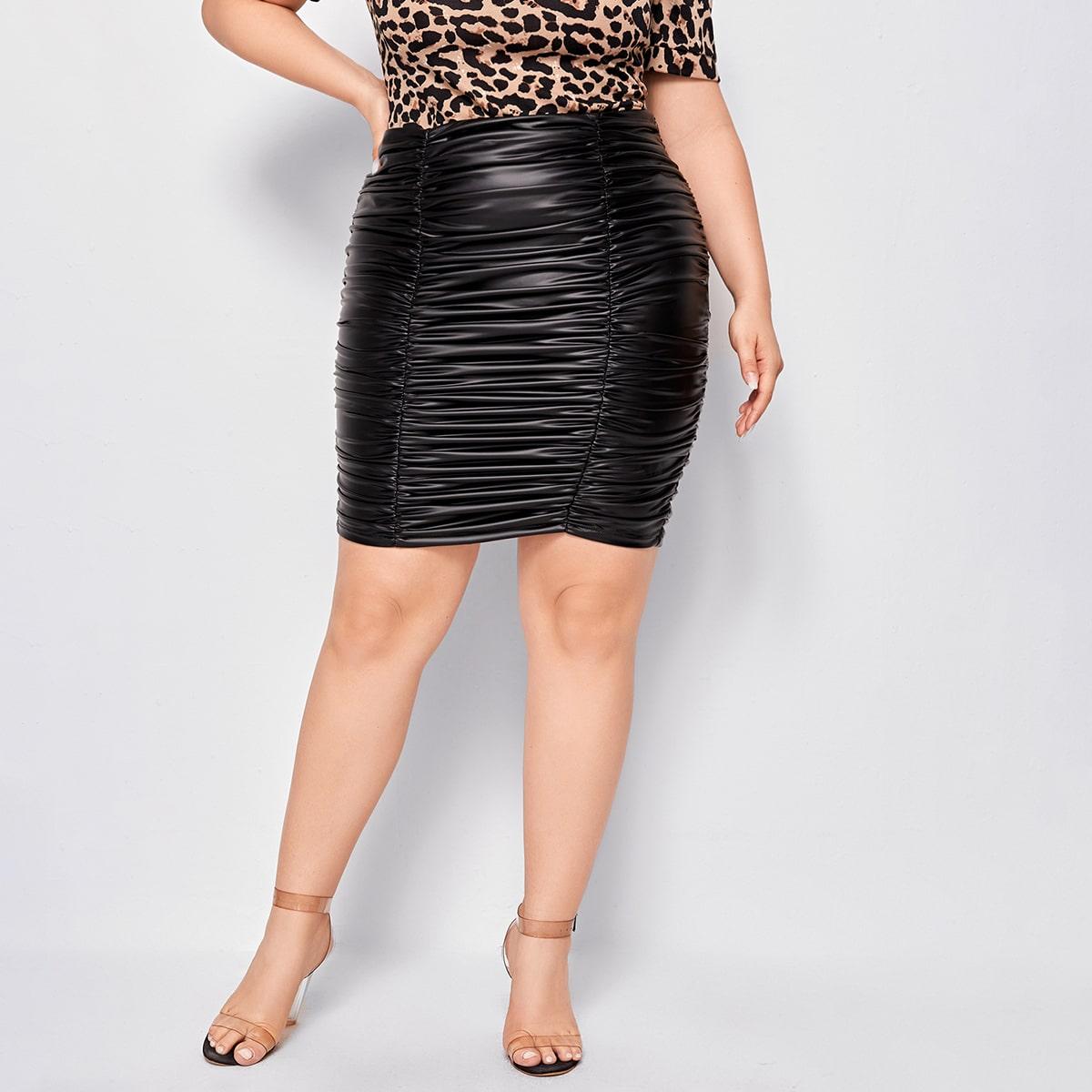 Облегающая юбка размера плюс из искусственной кожи со сборкой