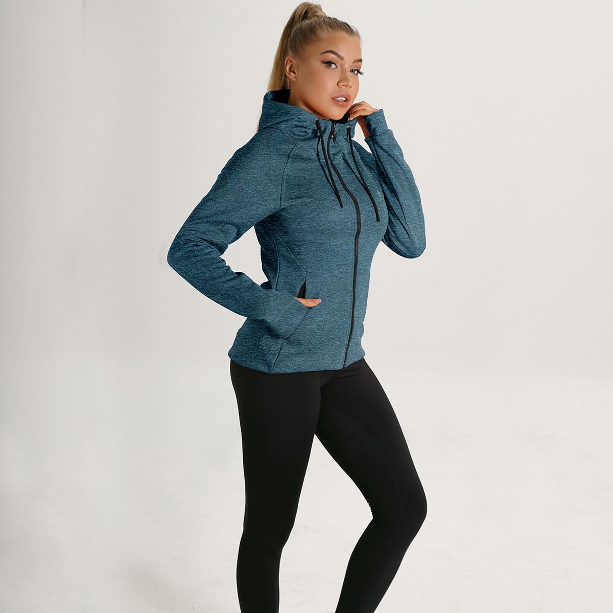 спортивная куртка с молнией, капюшоном и отверстием для большего пальца