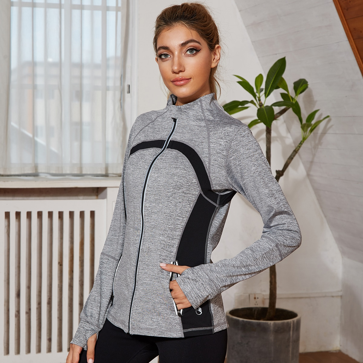Контрастная куртка с отверстием для большого пальца