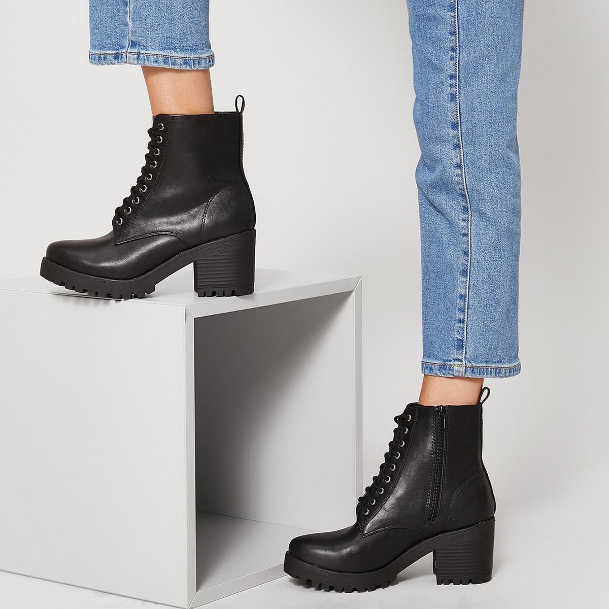 Ботинки на каблуках и шнурках