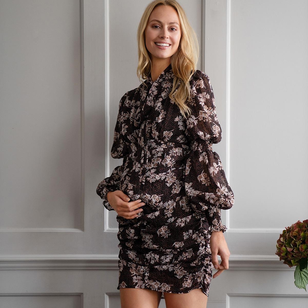 Платье с цветочным принтом и воротником-бантом для беременных