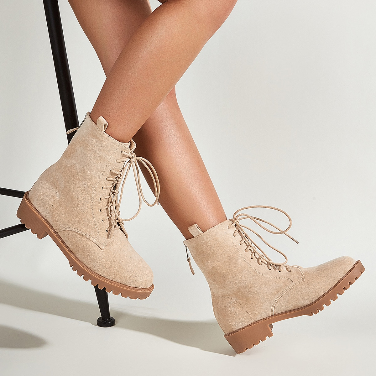 Замшевые сапоги на шнурках