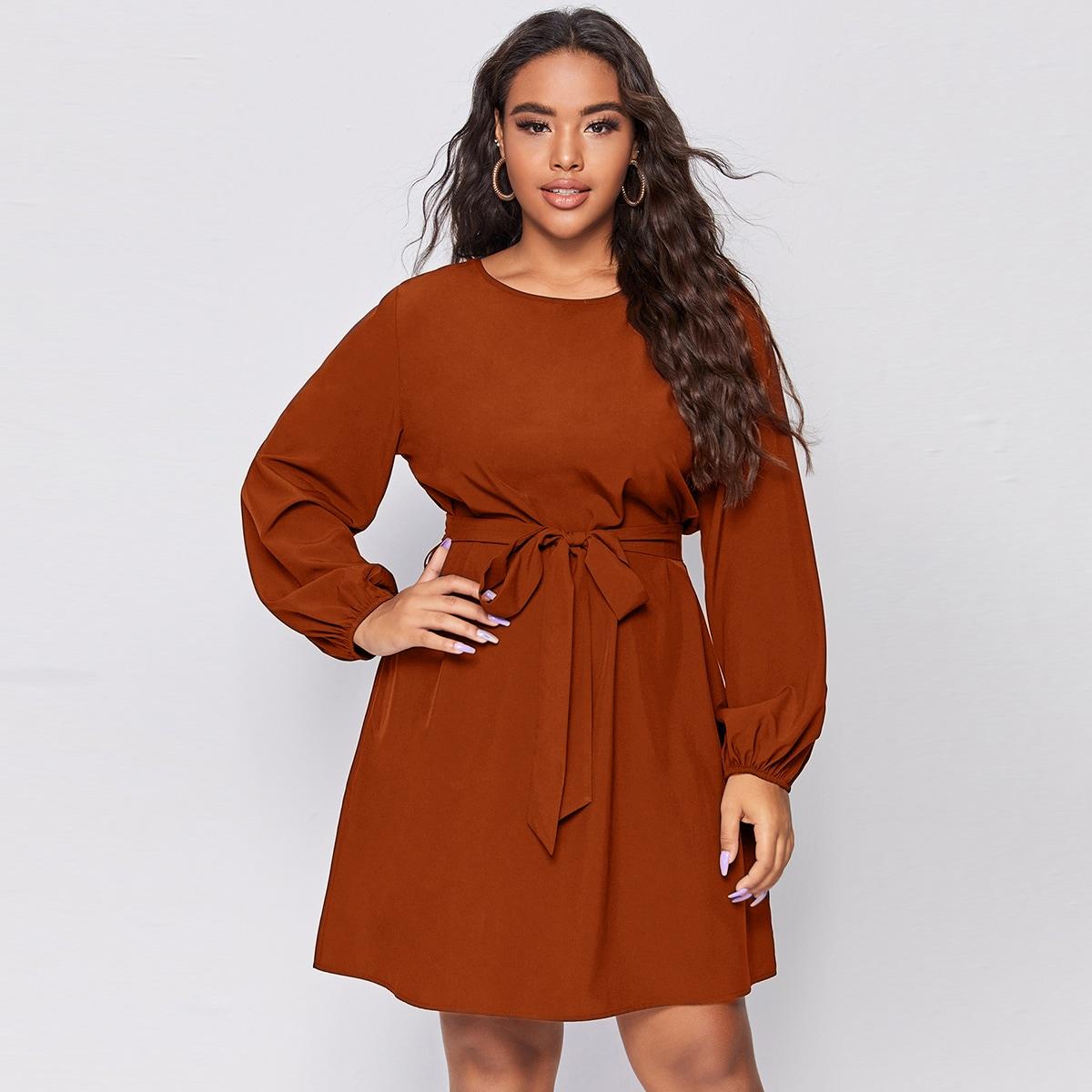 Однотонное платье размера плюс с оригинальным рукавом и поясом