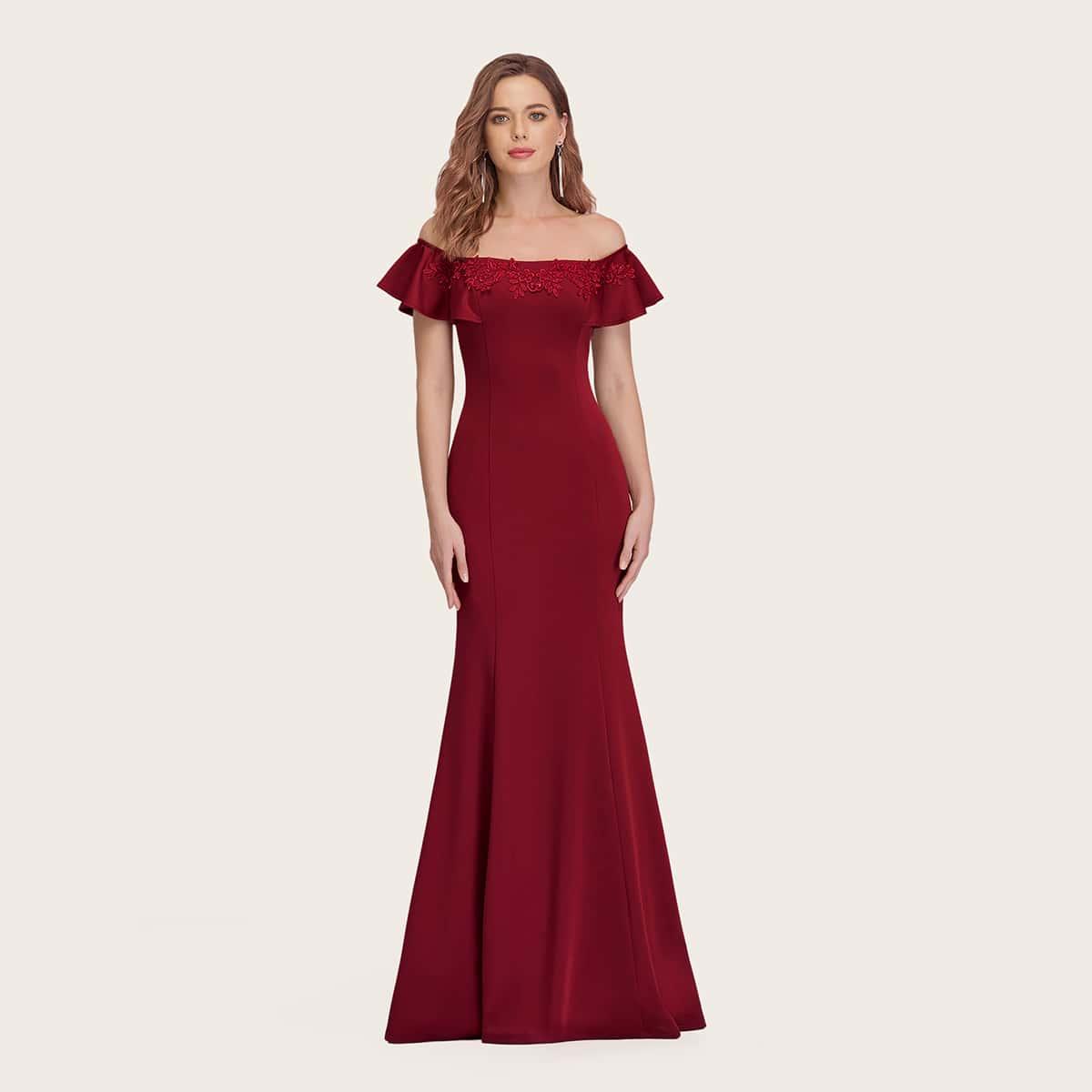 Платье-русалка с аппликацией и открытыми плечами