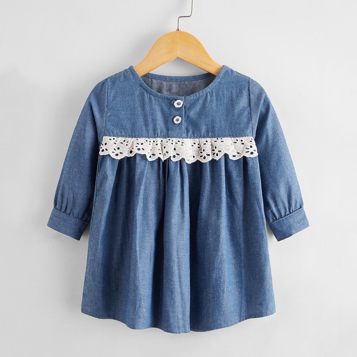 Джинсовое платье с ажурной вышивкой для девочек от SHEIN