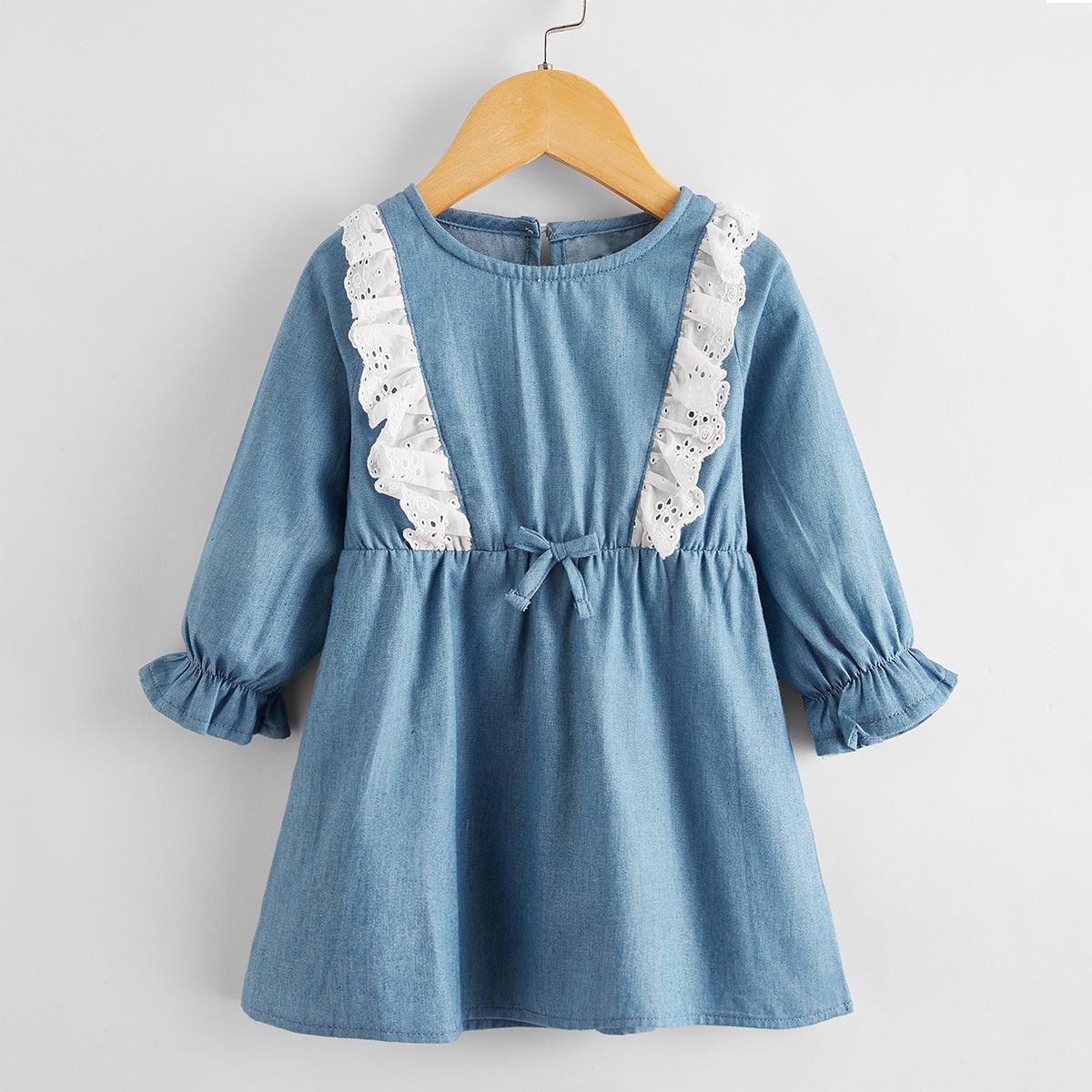 Джинсовое платье с бантом и ажурной вышивкой для девочек от SHEIN