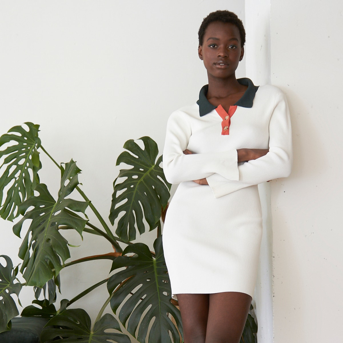 Вязаное платье-свитер в рубчик с пуговицами