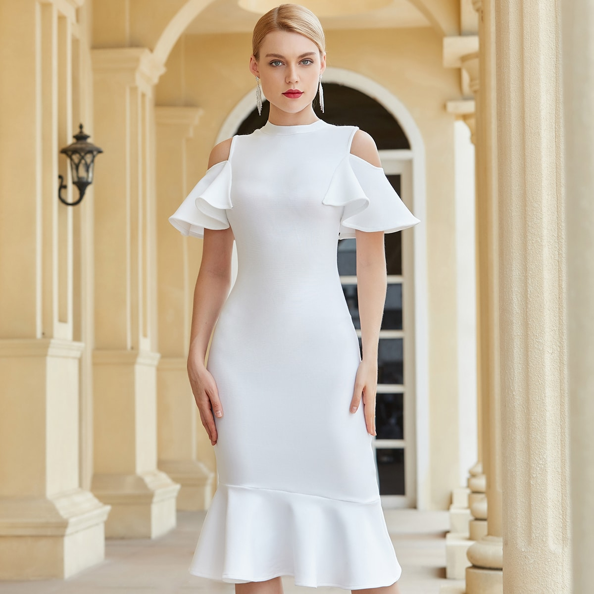 Облегающее платье-русалка с открытыми плечами