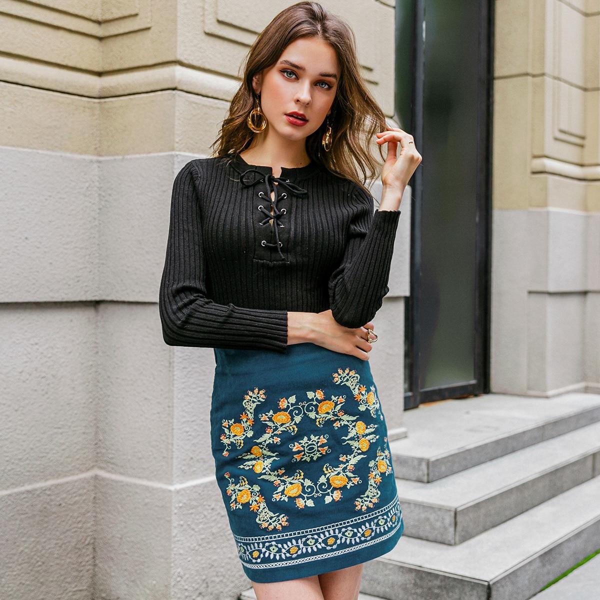 Вельветовая юбка с цветочной вышивкой