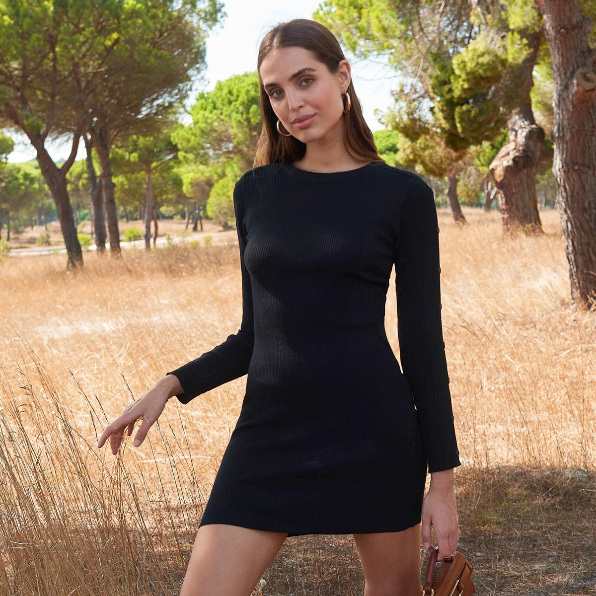 Вязаное облегающее платье-свитер в рубчик с пуговицами на рукавах