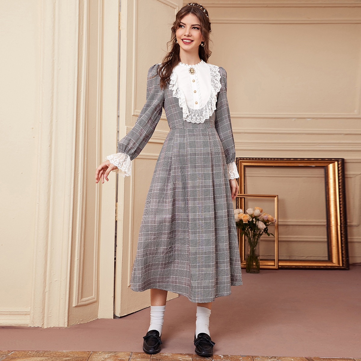 Платье в клетку с сетчатой оборкой и вышивкой