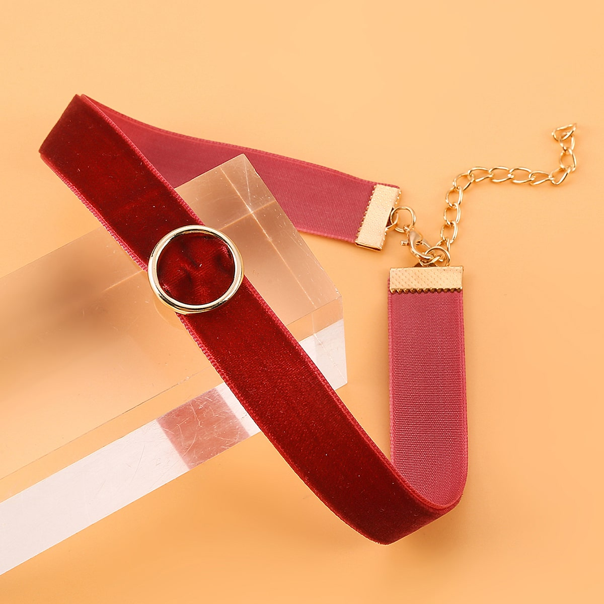 Бархатное короткое ожерелье с круглым декором