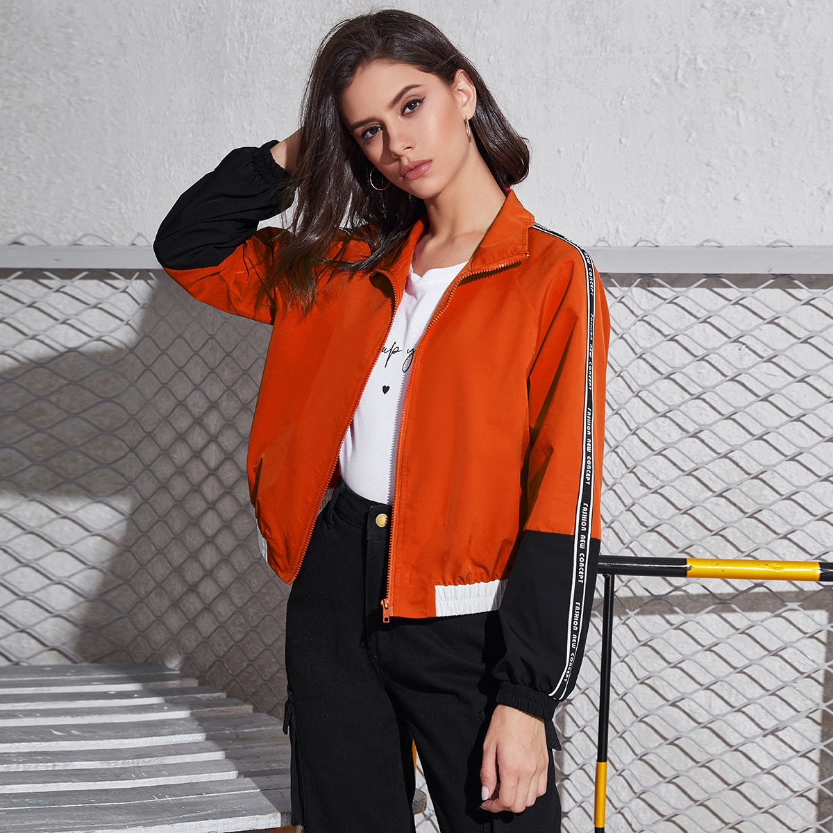 Куртка на молнии с текстовой лентой на рукавах