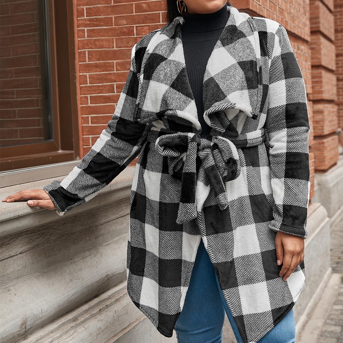 Пальто в клетку с широким воротником и поясом размера плюс