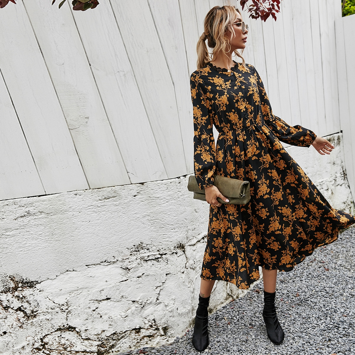 Платье-рубашка с цветочным принтом, пуговицами и кружевной отделкой