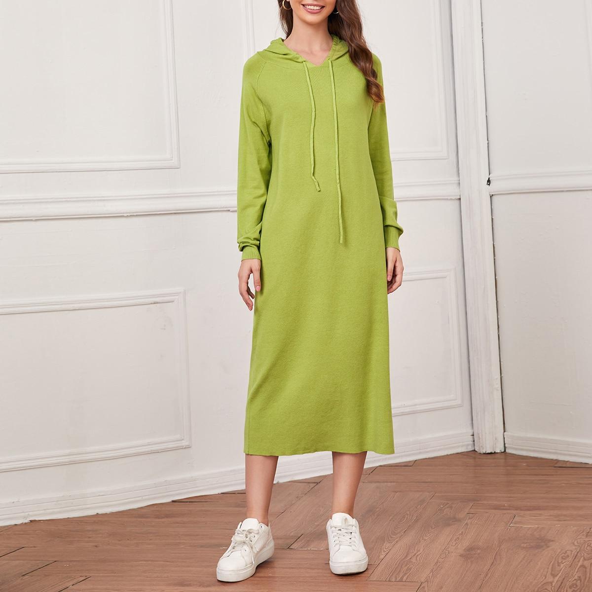Однотонное платье-свитер на кулиске с капюшоном