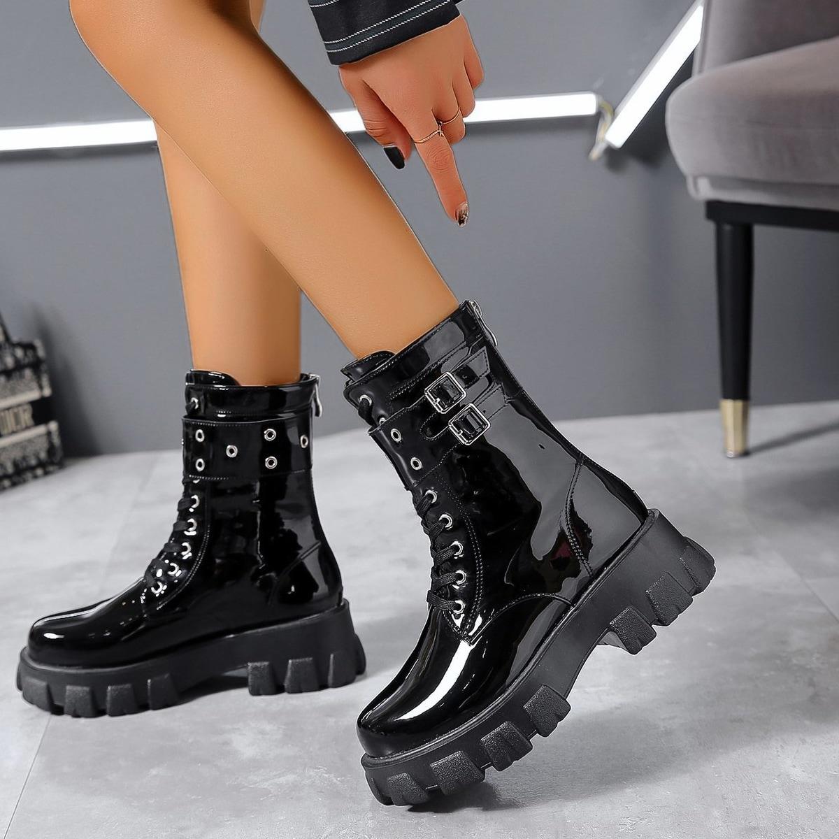 Ботинки из лакированной кожи с пряжкой