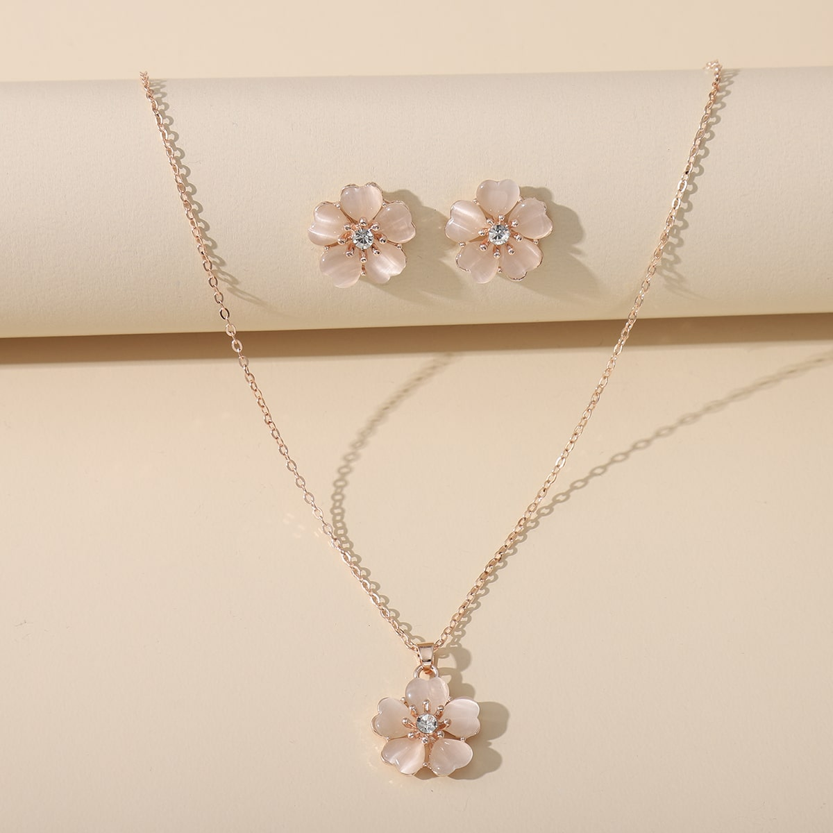 Ожерелье и серьги с цветком