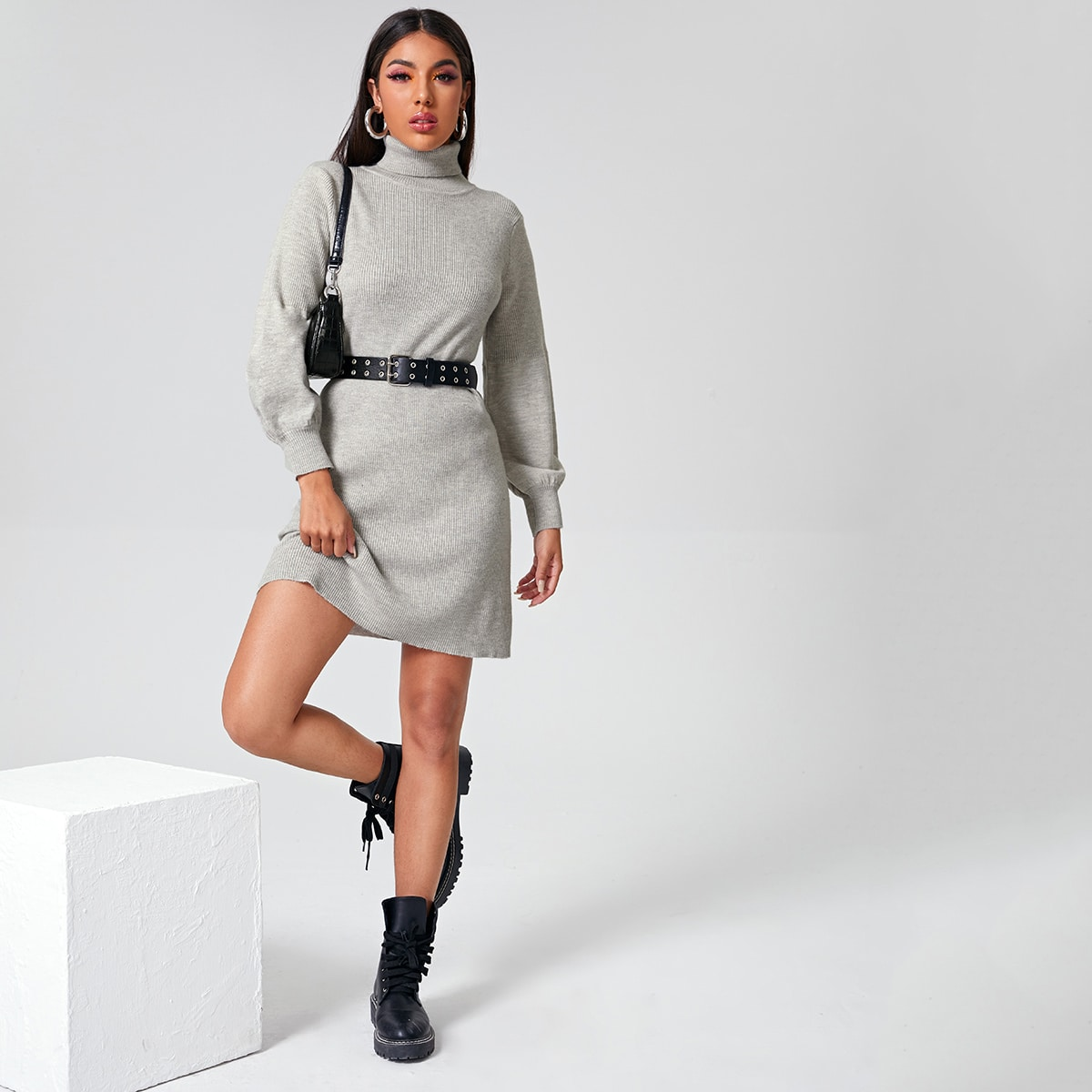 Однотонное платье с высоким воротником без пояса