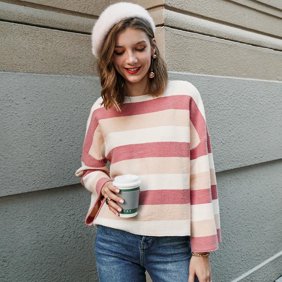 Контрастный свитер в полоску
