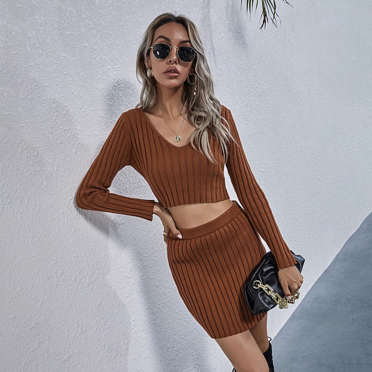 Вязаный свитер и трикотажная юбка в рубчик