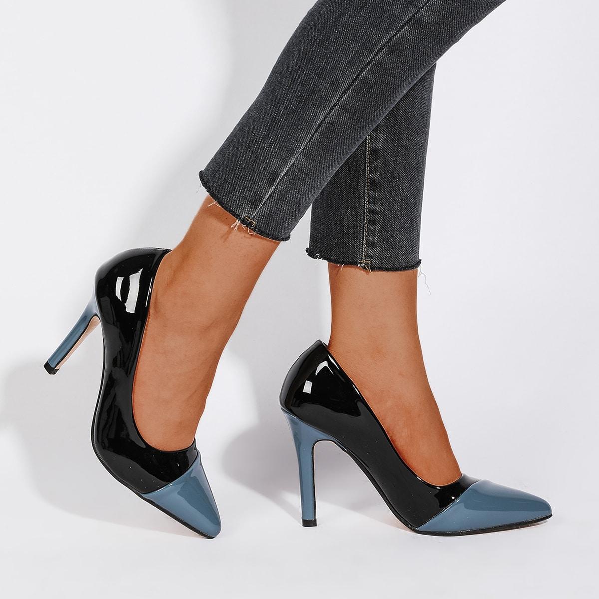Двухцветные туфли на каблуках с острым носком