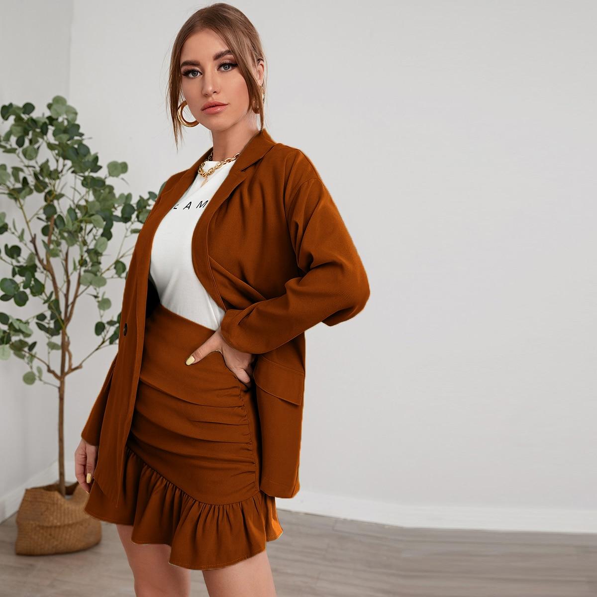 Пиджак со спущенным рукавом и юбка с оборками