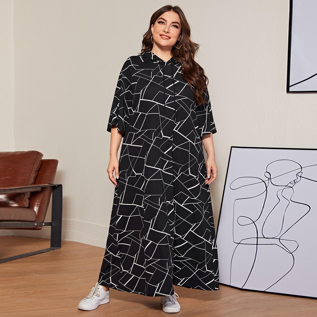 Платье размера плюс с капюшоном и геометрическим принтом на кулиске